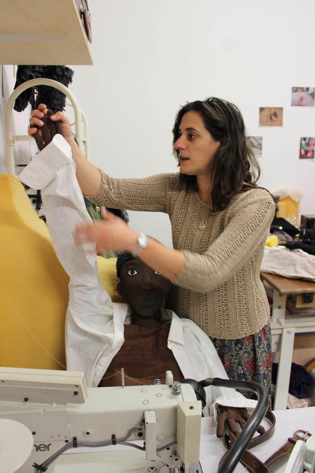 La marionnettiste Emilie Renaudier travaille dans son atelier
